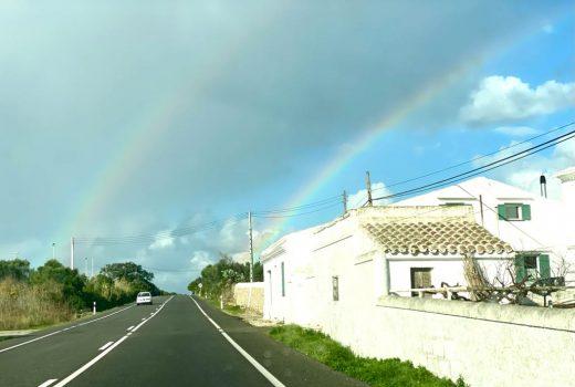 Imagen del doble arco iris fotografiado a la salida de Maó (Foto: Tolo Mercadal)