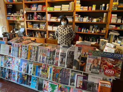 Juanibel, posando en su librería (Foto: Tolo Mercadal)