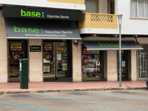 Fachada de Deportes Benito, en Maó (Foto: Tolo Mercadal)
