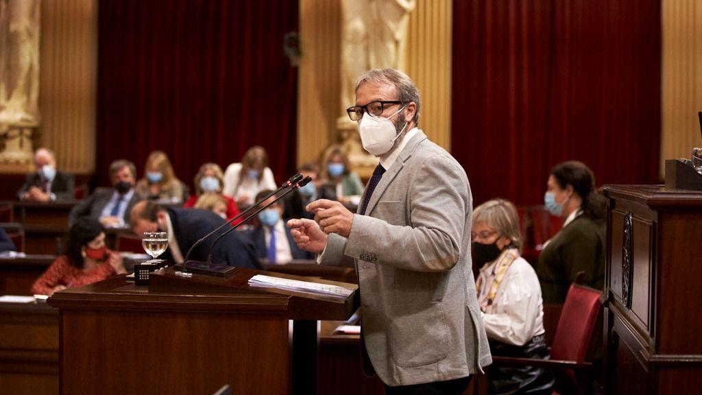 Lluís Camps, en el Parlament (Foto: Mallorcadiario.com)