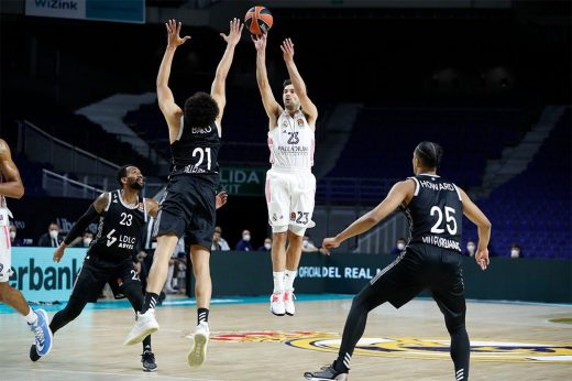 Llull ejecuta un triple (Foto: Real Madrid)