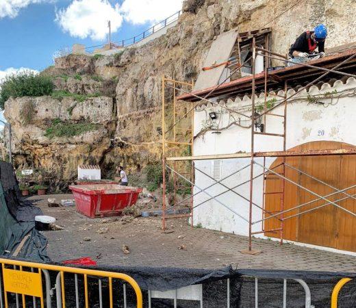 Imagen de las tareas que se están realizando en el acantilado de Cales Fons