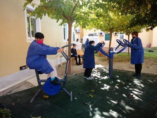 Usuarios del centro disfrutando del parque (Foto:  Fundació per a Persones amb Discapacitat de Menorca)