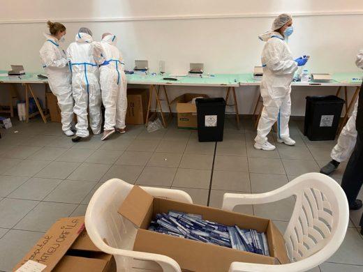Sanitarios preparados para realizar tests en Alaior (Foto: Tolo Mercadal)