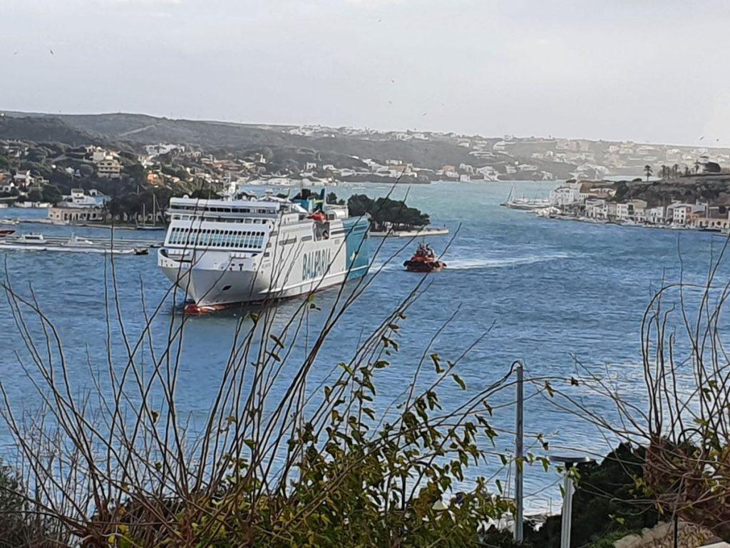 El buque de Baleària operará este lunes desde el puerto de Maó (Foto: Nando Andreu)