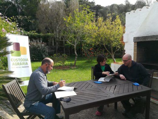 Firma del acuerdo entre el GOB y los propietarios de la Paloma (Foto: GOB Menorca)