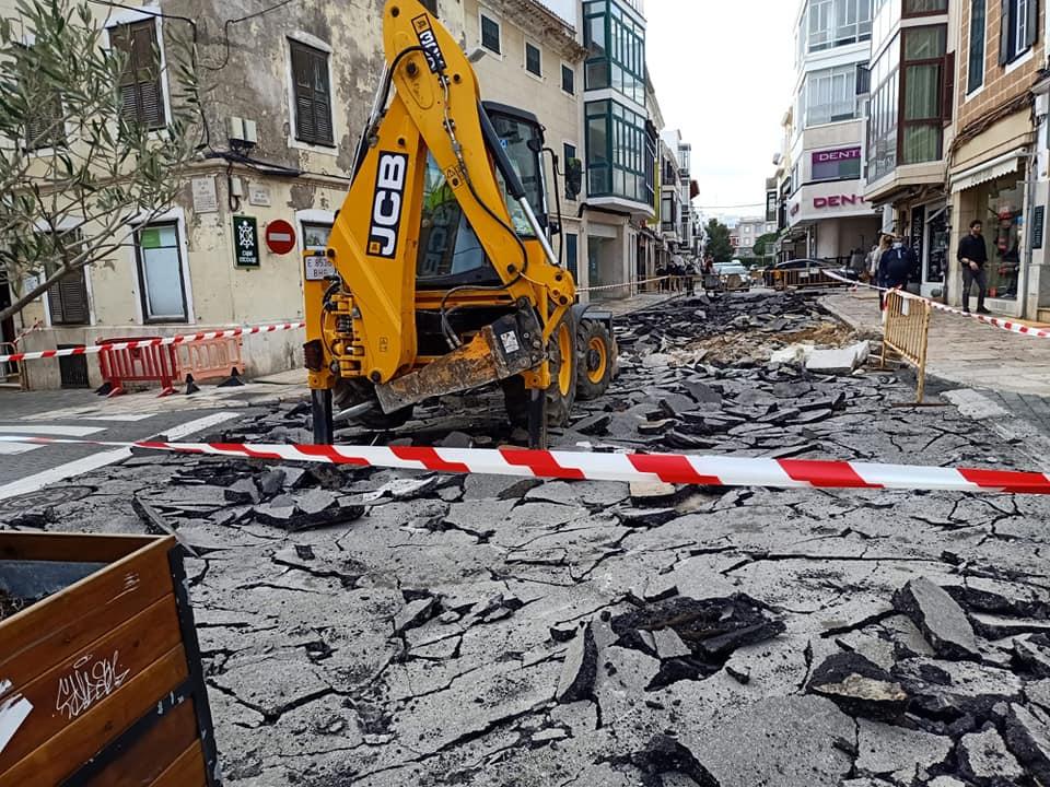 Levantando el firme de la calle Ses Moreres