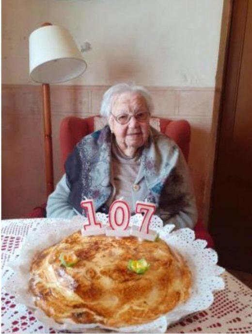 """""""Na Felita"""", con el pastel de cumpleaños (Foto: Aj Ferreries)"""