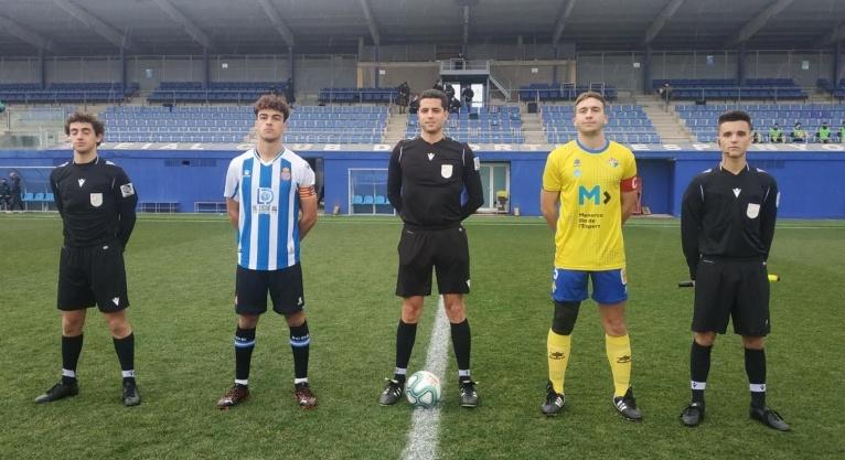 Trío arbitral con los capitanes (Foto: RCD Espanyol)