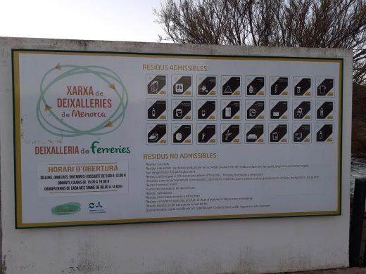 """Cartel en la """"deixalleria"""" de Ferreries"""