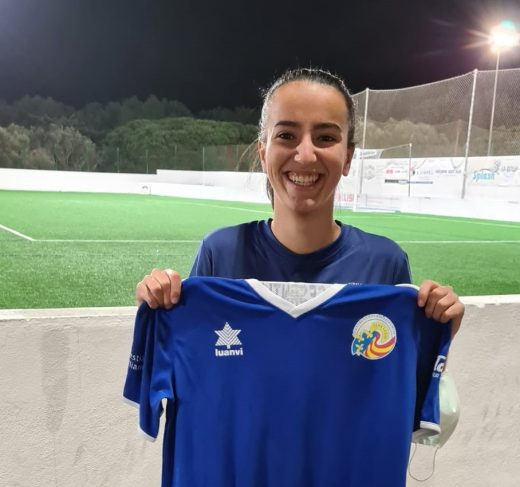 Paula Sintes, posando con la camiseta del Sant Lluís (Foto: CCE Sant Lluís)