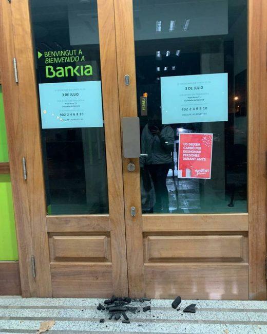 Carbón en la puerta de una oficina de Bankia (Foto: Jovent Republicà de Menorca)