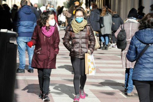 Gente paseando por el centro de Maó (Foto: Tolo Mercadal)