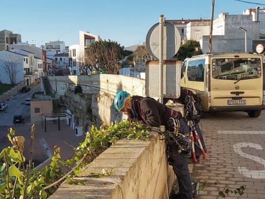(Fotos) Es Castell limpia y sanea los acantilados de Cala Corb