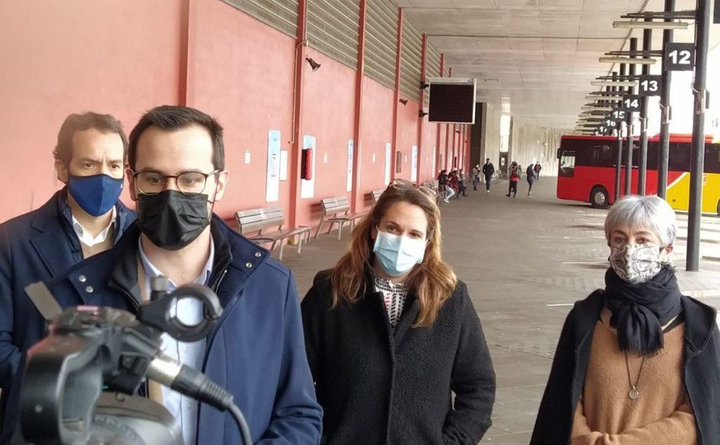 Las autoridades en la estación de autobuses de Maó esta mañana (Foto: J.R.)