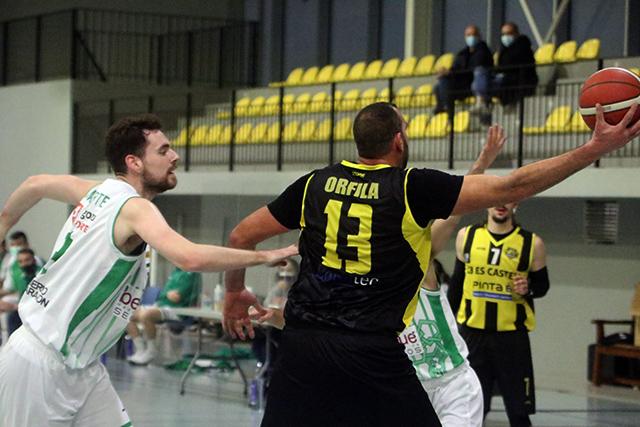Jan Orfila recibe en el poste bajo (Fotos: deportesmenorca.com)