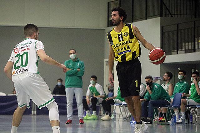 Dani García bota la pelota ante El Olivar (Foto: deportesmenorca.com)