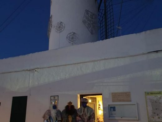 (Fotos) Sant Lluís recibe a unos madrugadores Reyes Magos