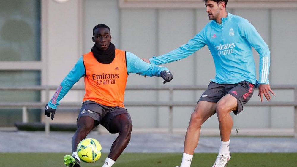 Xavi Sintes trata de robar la pelota a Ferland Mendy (Fotos: Real Madrid)