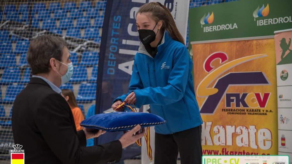 Queralt Capó, en el podio recibiendo la medalla.