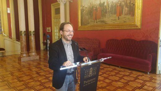 Josep Castells, es el portavoz de Més per Menorca en el Parlament balear