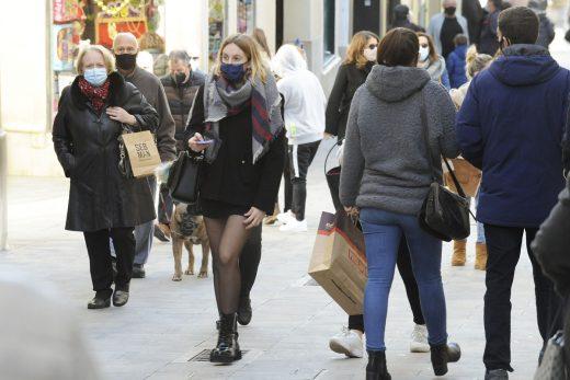 Gente paseando con mascarilla por el centro de Maó (Foto: Tolo Mercadal)