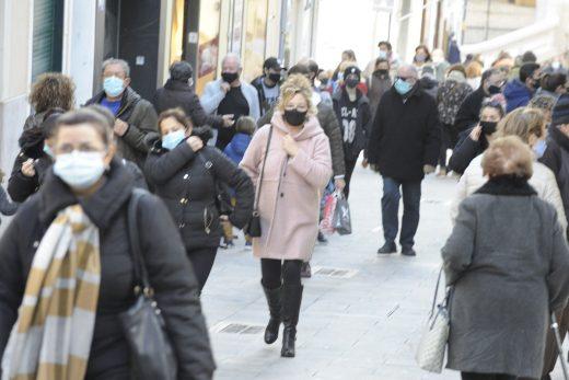 Gente abrigada por el frío paseando por el centro de Maó (Foto: Tolo Mercadal)
