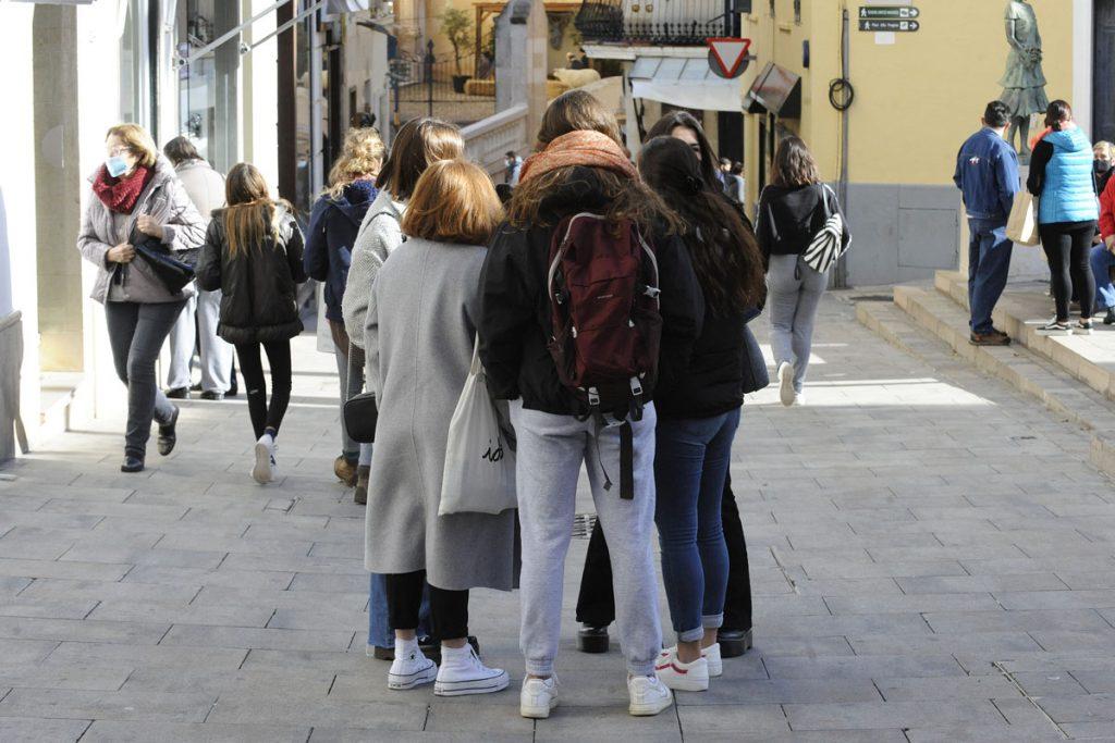 Gente en el centro de Maó (Foto: Tolo Mercadal)