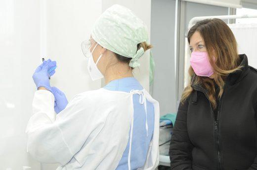 Patricia Gómez, junto a una sanitaria (Foto: Tolo Mercadal)