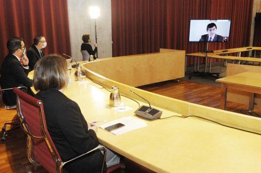 Por videoconferencia.