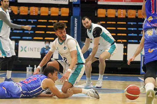 Xavi Hernández disputa un balón (Foto: Jaume Fiol)