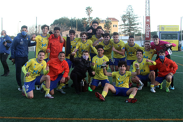 Celebración final tras la victoria (Fotos: deportesmenorca.com)