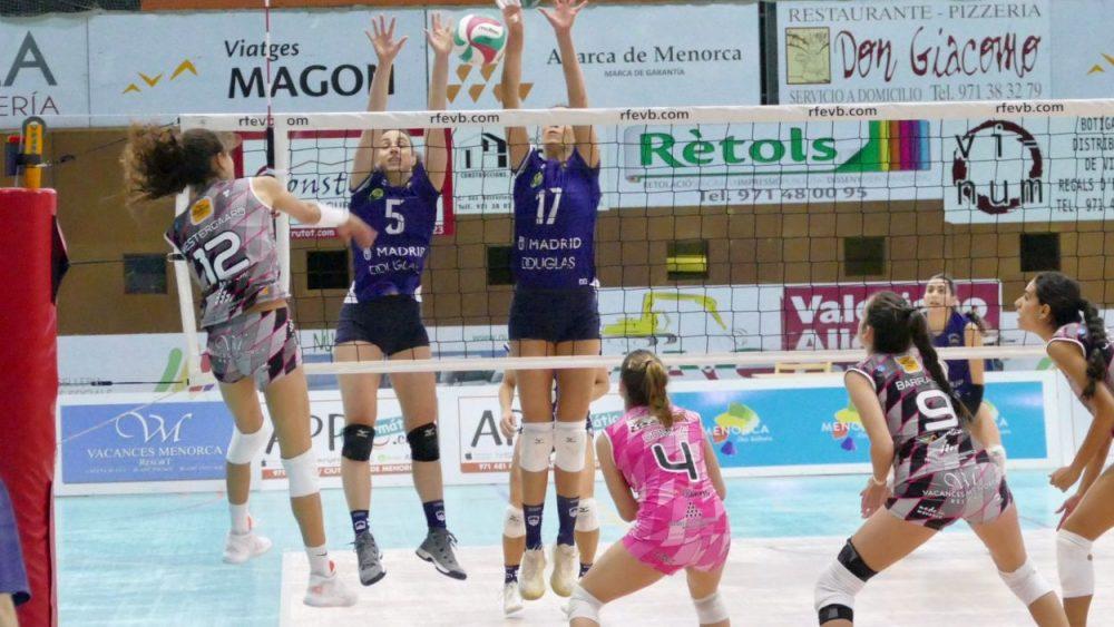 Remate de Maira Westergaard durante el partido (Fotos: Miquel Moll)