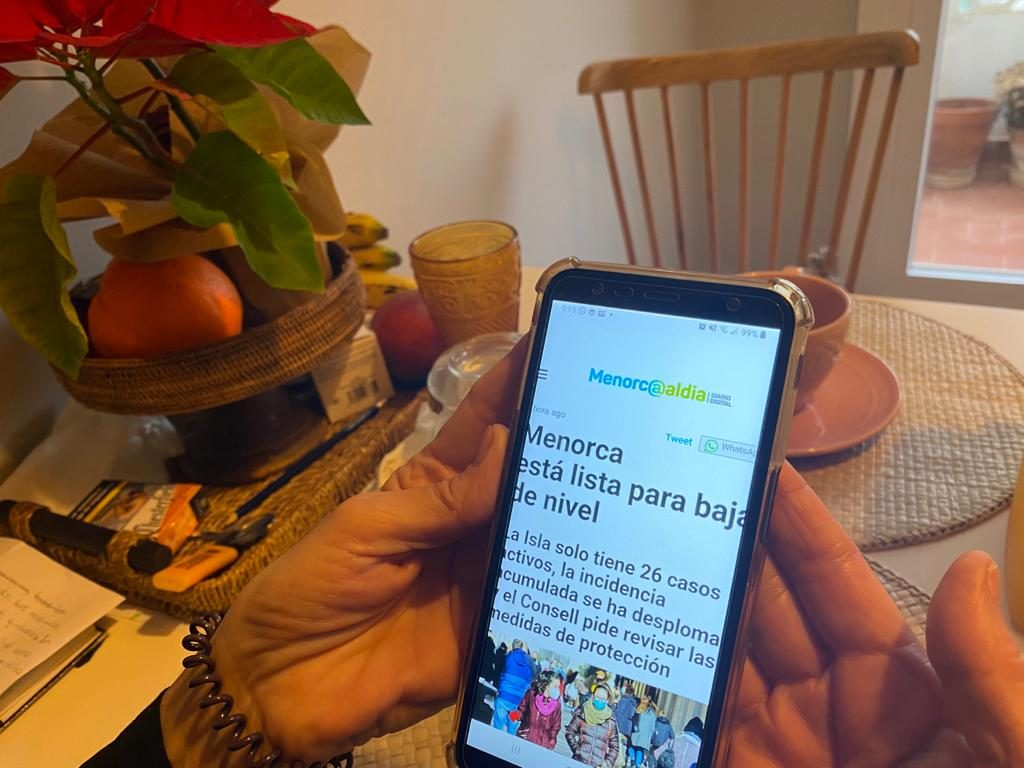 Una lectora consultando Menorcaaldia.com.