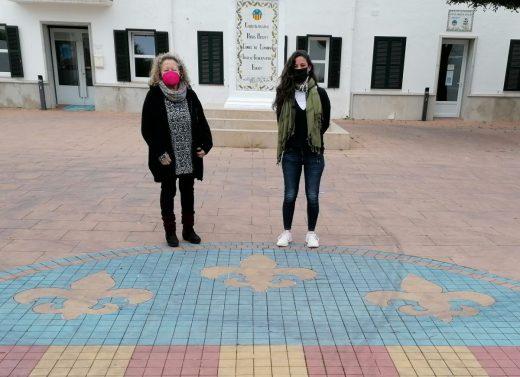 La concejala de Comercio, Débora Marquès, y Antonia Loza, de la Asociación de Comerciantes de Sant Lluís