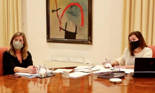 La presidenta Armengol y la consellera Gómez en la reunión de la Mesa de Diálogo Social de Baleares