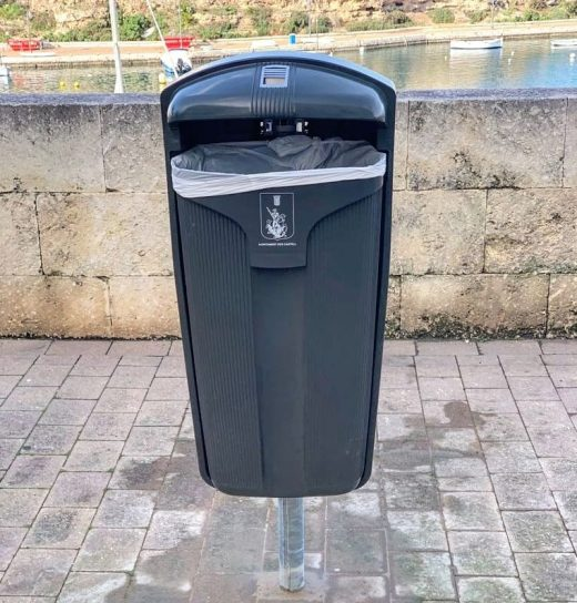 Las nuevas papeleras evitarán que la basura salga volando cuando hace viento