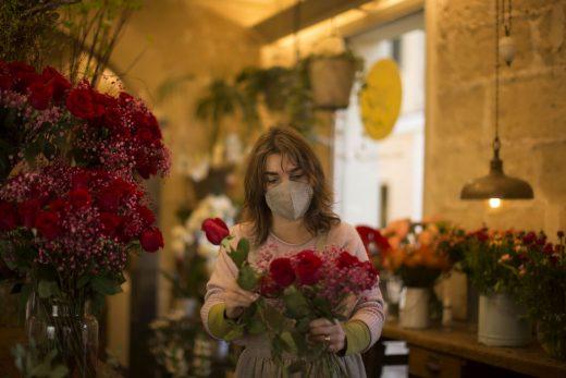Joana Pons de 'Es Bonsais' preparant un símbol d'amor.