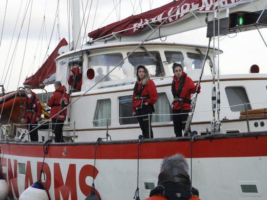 (Fotos) Un velero lleno de humanidad en Maó