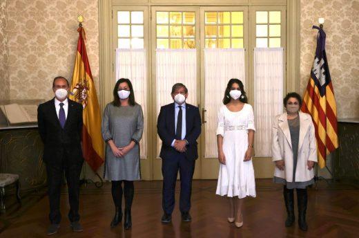 La presidenta del Govern, Francina Armengol, el presidente del Parlament, Vicenç Thomas, y los miembros de la Mesa, entre ellos el menorquín Juan Manuel Lafuente