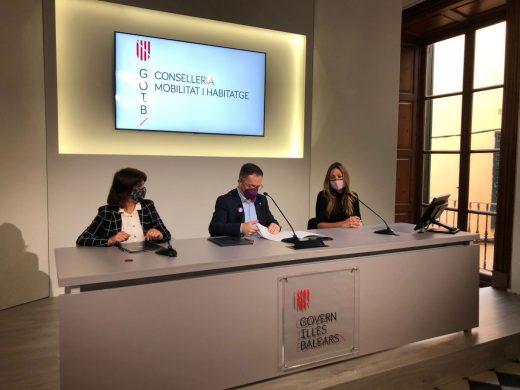 Imagen de la firma entre el conseller Josep Marí y la alcaldesa Antònia Camps