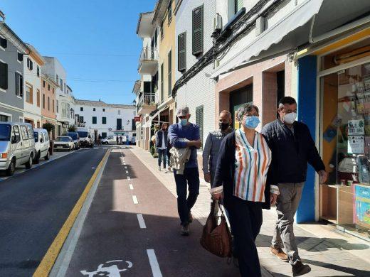 Un carril bici en la nueva imagen de la calle Dr. Llansó de Es Mercadal