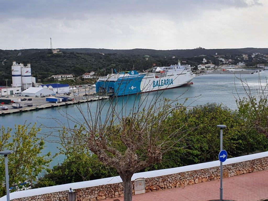 El buque Abel Matutes de Baleària esta mañana en el puerto de Maó