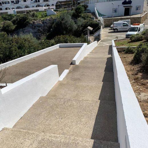 Escaleras que bajan a la Cala y al parque