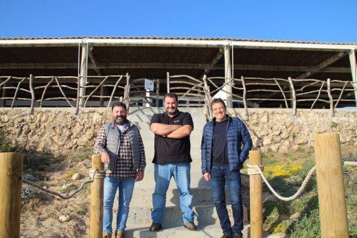 Foto en Es Bruc tras la firma del acuerdo.