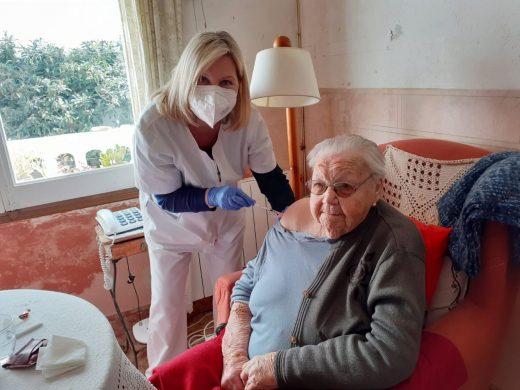Rafaela Pons, en el momento de ser vacunada (Foto: Emelia Florit)