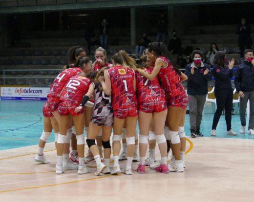 Celebración de las jugadoras tras ganar a Alcobendas (Foto: Miquel Moll)