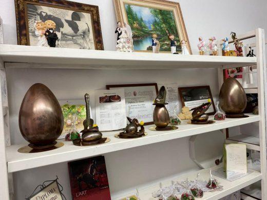 (Fotos) El arte de Tolo Sintes: una mona de Pascua inspirada en la rotonda de Fornells