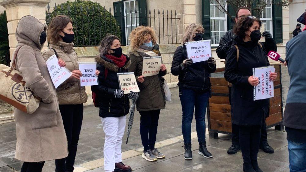 Imagen de la concentración celebrada este lunes en Maó (Fotos: PIME Menorca)