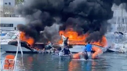 Imagen de las embarcaciones en llamas.